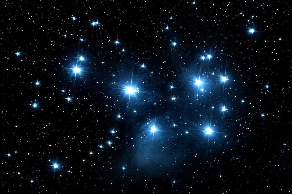 Les Pléiades sont un amas ouvert d'étoiles dans la constellation du Taureau. Ces étoiles partagent un mouvement commun à travers l'espace dans la Voie lactée. © Cnes