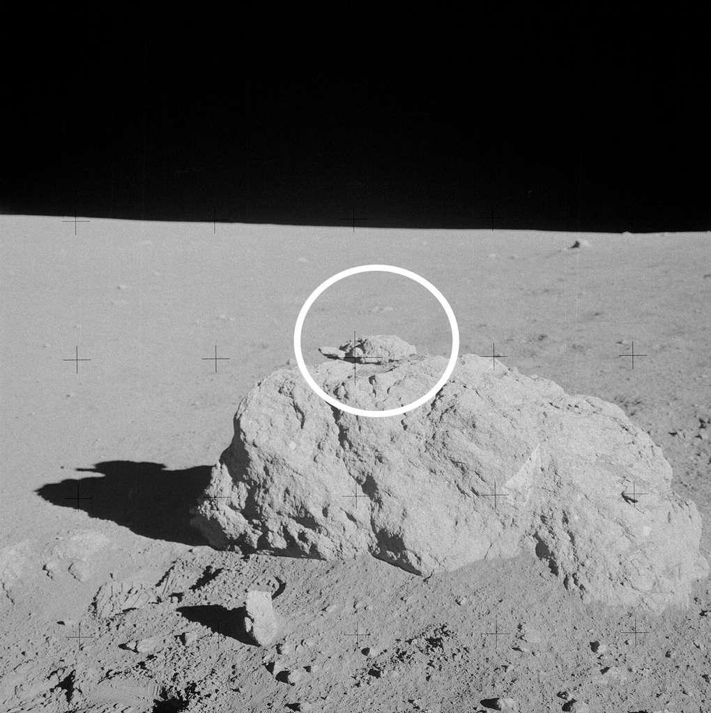 Une curiosité photographiée par Shepard et Mitchell au cours de leur promenade lunaire : le rocher de la tortue. © Nasa