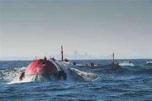 Un module Pelamis flotte dans les eaux portugaises, au large d'Aguçadoura. © Pelamis Wave Power