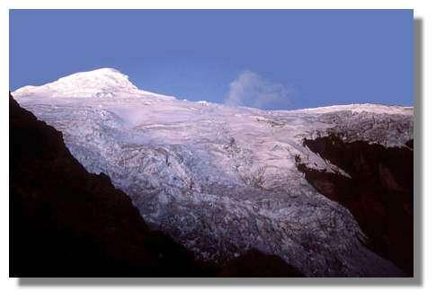 Sommet englacé du volcan actif Cayambe (5790 m) et glacier vus depuis le refuge situé à 4600 m d'altitude. La présence de cette calotte glaciaire rend dangereuse toute reprise d'activité (fusion partielle et formation de coulées boueuses) Equateur © IRD/Michel Monzier