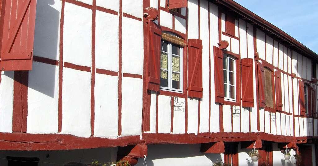 Maison Navarraise. Navarrenx fait partie des 350 bastides du Sud-Ouest. © Jibi44, Wikipedia, Licence Creative Commons Paternité – Partage des conditions initiales à l'identique 3.0 Unported