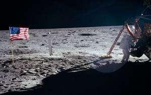 Neil Armstrong au pied du module lunaire Eagle le 21 juillet 1969. © Nasa