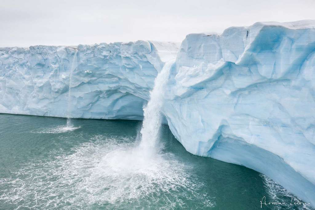 Rivières glaciaires plongeant de 40 m de haut de la calotte glaciaire Austfonna. © Florian Ledoux, tous droits réservés