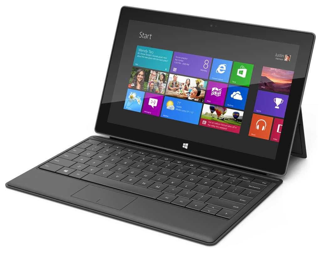 La tablette Surface RT de Microsoft avec le clavier optionnel Type Cover. Le nouvel écran de démarrage de Windows se compose des fameuses tuiles dynamiques qui correspondent chacune à une application. On peut les agencer à volonté et ainsi personnaliser l'affichage. © Marc Zaffagni, Futura-Sciences