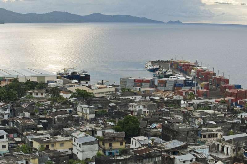 Le manque d'espace incite les insulaires à s'établir sur la côte, une zone exposée aux tempêtes et aux raz de marée (ici, les Comores). © Alexis Rosenfeld, reproduction interdite