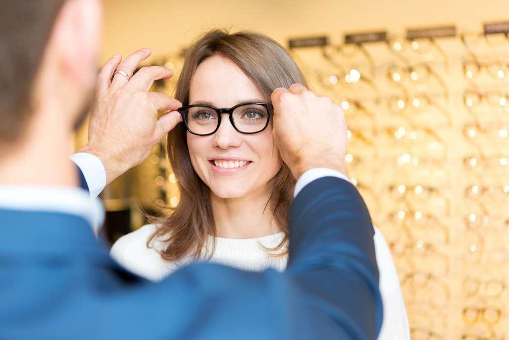 ZEISS crée des verres de lunettes capables de neutraliser les virus et microbes. © Production Perig, Adobe Stock