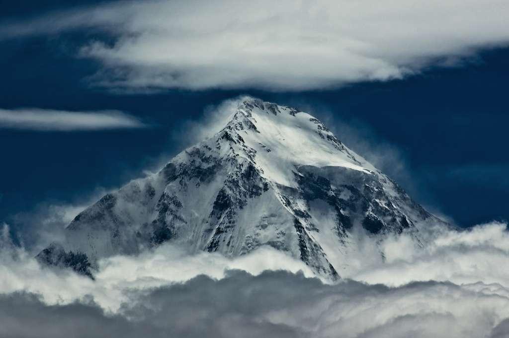 Les précipitations, le recul des glaciers ainsi que la diminution de leur masse sont les trois modifications identifiées par les chercheurs sur la chaîne de l'Himalaya. Ici le Dhaulagiri, un sommet de 8.167 m, au Népal. Son nom signifie « montagne blanche », le méritera-t-il moins dans les décennies à venir ? © Bob Cap, Flickr CC by nc-nd 2.0