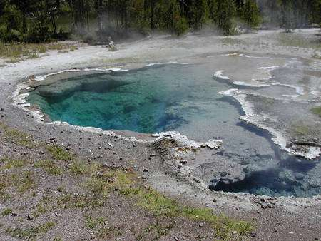 La source chaude de Yellowstone Octopus spring. Remarquez les dépôts blancs en silice presque pure. © Allan Treiman, LPI