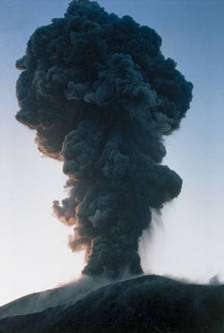 Éruption plinienne au Krakatoa, Indonésie. © François Michel