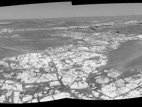Opportunity avance péniblement vers le cratère Victoria Sa route jusqu'au cratère est bordée de petites vagues de sable qu'il devra prendre soin d'éviter, et jalonnée de petits cailloux arrondis. (Crédits : Mars Exploration Rover Mission, Cornell, JPL, NASA)