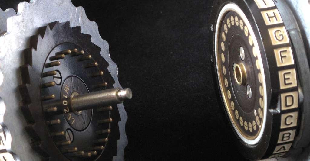 L'intérieur d'une des machines électromécaniques Enigma, qui ont servi au chiffrement de messages par l'armée allemande durant la seconde guerre mondiale. Alan Turing a grandement contribué à déchiffrer ce code. © TedColes, Wikimedia Commons, DP