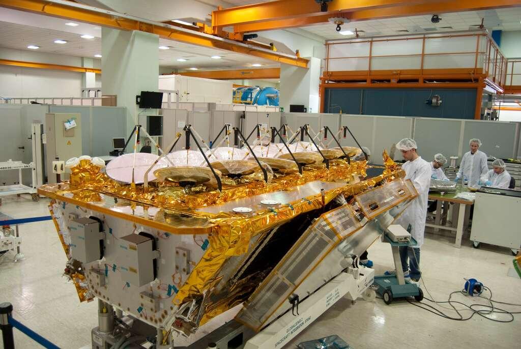 Un satellite Internet d'O3b avec ses 12 antennes qui seront pointées sur la Terre. © Rémy Decourt, Futura-Sciences