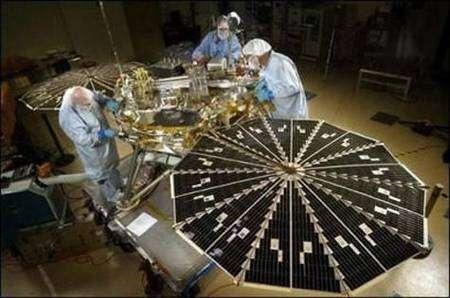 Phoenix en cours de vérification avant son intégration au lanceur. NASA.