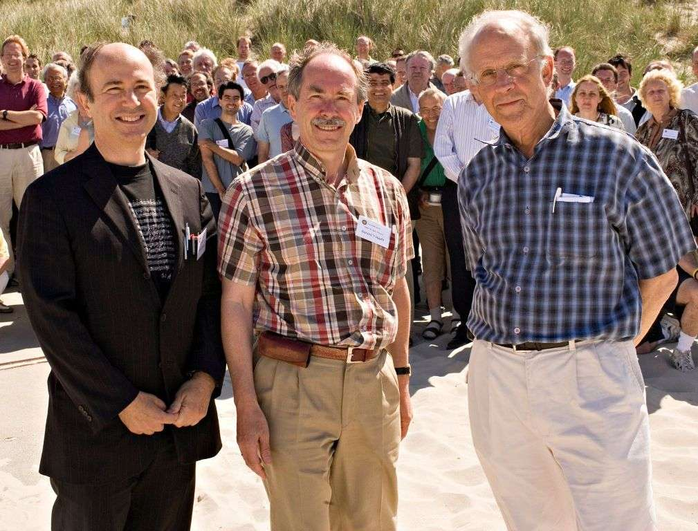 De gauche à droite, les prix Nobel de physique Frank Wilczek, Gerard 't Hooft et David Gross. Les travaux théoriques des trois scientifiques ont fortement assis la théorie des quarks et la QCD. © Fridger Schrempp