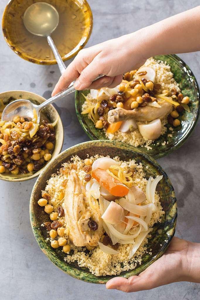 Coucous au poulet et sa sauce aux raisins secs © Catherine Madani