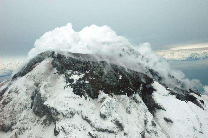 Le volcan Augustine en Alaska, ici photographié en 2006, présente régulièrement des activités explosives modérées. C'est ce type de volcans qui alimente la stratosphère en aérosols. © McGimsey, Game, AVO, USGS
