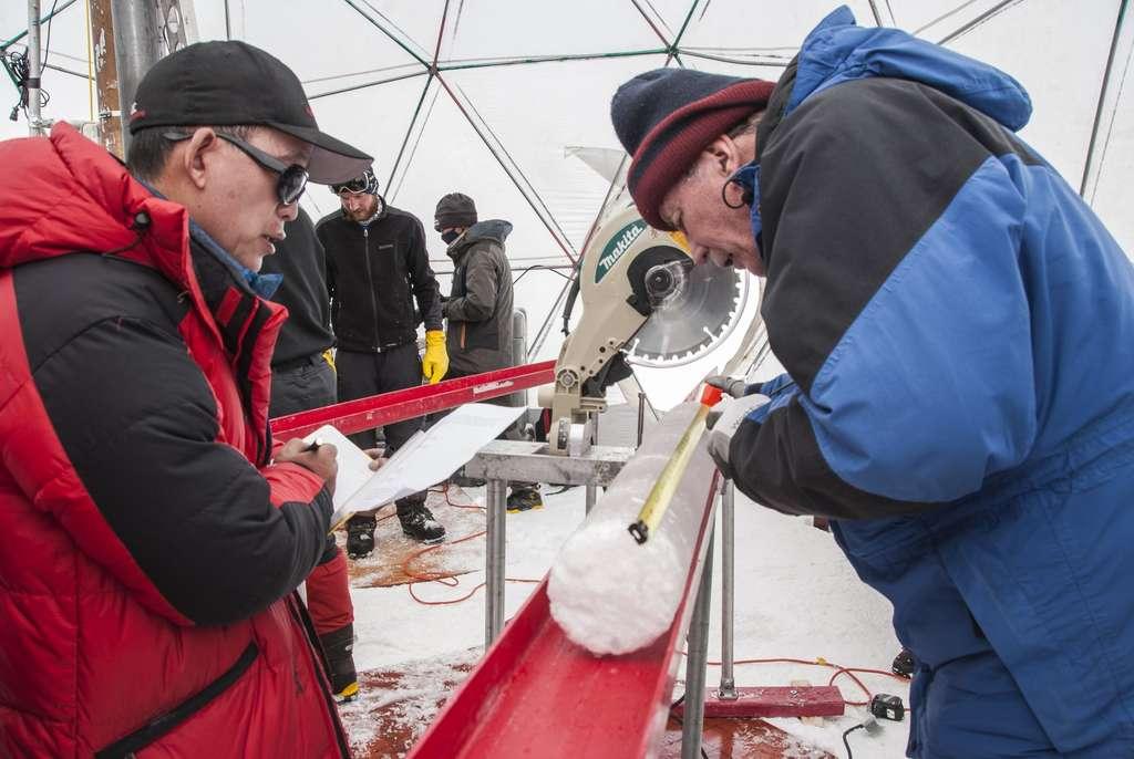 Les deux microbiologistes de l'université de l'Ohio durant l'inspection d'une carotte de glace prélevée en 2015 du glacier de Guliya. © Lonnie Thompson