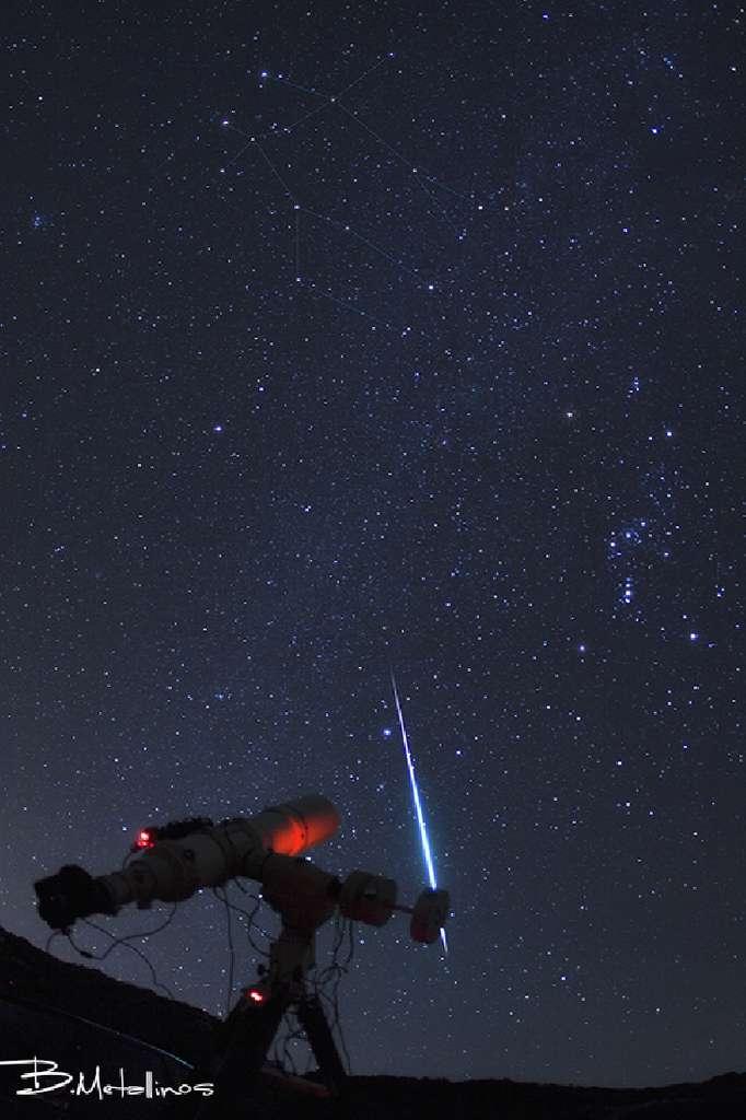 Contrairement à ce que peut laisser penser cette image réalisée sur l'île grecque de Corfou, l'observation des Géminides ne nécessite aucun instrument astronomique. © Bill Metallinos