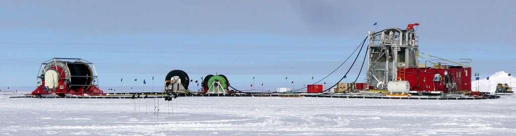 En Antarctique, la lourde installation IceCube est déjà destinée à détecter des neutrinos dans une gamme d'énergie allant du téra-électron-volt (TeV) au péta-électron-volt (PeV). Ici, les installations de forage qui ont été nécessaires à enterrer les détecteurs à plusieurs kilomètres de profondeur. © Amble, Wikipedia, CC by-sa 3.0