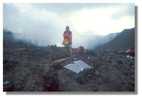 Station autonome d'enregistrement sismologique en bordure du cratère du Yasur (2001) © IRD/Michel Lardy