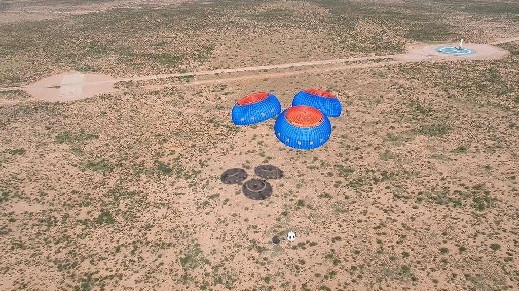 Retour sur la terre ferme du New Shepard, après un test d'éjection d'urgence de la capsule de l'étage propulsif en plein vol. © Blue Origin