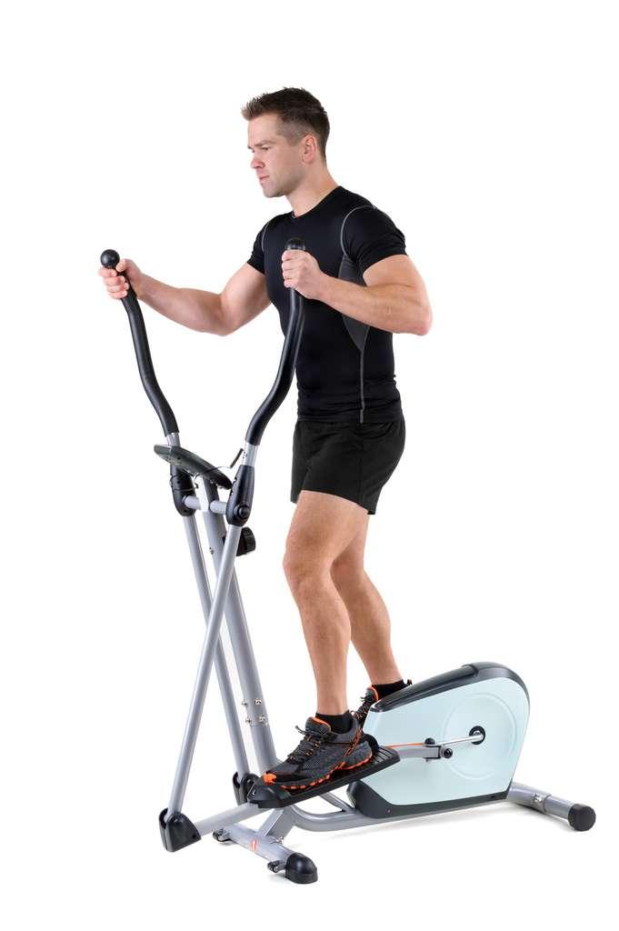 Le vélo elliptique fait travailler à la fois les bras et les jambes. © starush, Fotolia