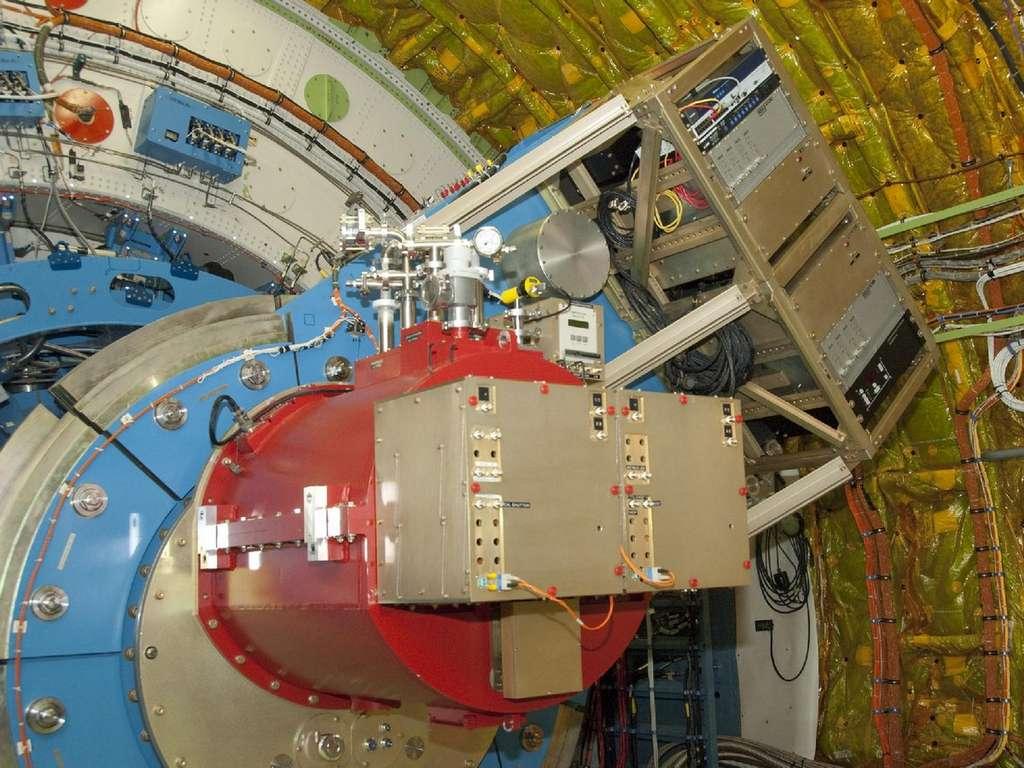 Le télescope Sofia et sa caméra infrarouge installés à l'intérieur du Boeing. © Nasa