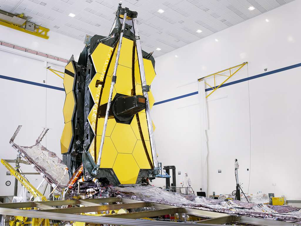 Le miroir du télescope spatial James Webb est ici vu entièrement assemblé pour la première fois. L'instrument, qui sera lancé par une Ariane 5 au printemps 2021, se trouve dans la salle blanche de Northrop Grumman, qui le construit avec la Nasa. © Nasa, Chris Gunn