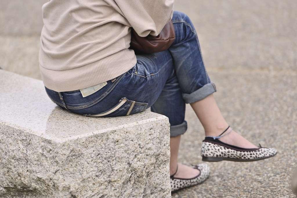 Rester trop longtemps les jambes croisées peut entraîner un mal de dos et des épaules voûtées. © oliver0723, Fotolia
