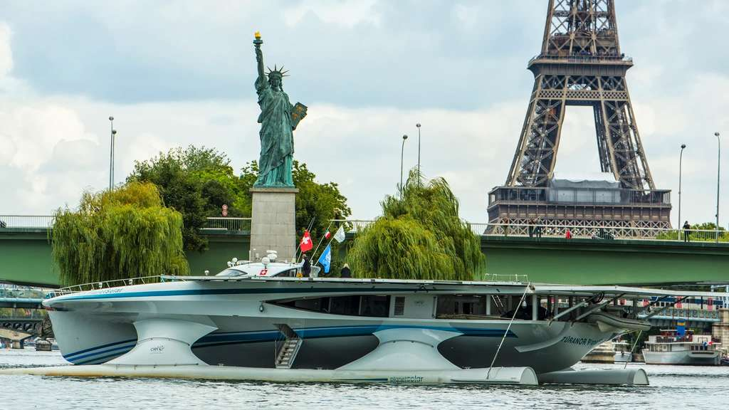En 2013, le plus grand catamaran solaire de la planète, le MS Tûranor PlanetSolar, a entamé une nouvelle vie dédiée à la recherche scientifique. Il a notamment longé le Gulf Stream au travers de l'Atlantique en enregistrant, à l'aide de divers capteurs, des paramètres physico-chimiques et biologiques, dans l'eau comme dans l'air. L'expédition PlanetSolar DeepWater s'est conclue à Londres, quelques jours avant l'arrivée du navire à Paris. © Philip Plisson, 2013