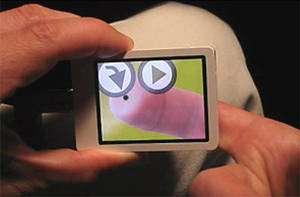 L'image d'un doigt apparaît sur l'écran du NanoTouch et la tache noire indique précisément la zone pointée. © Patrick Baudisch