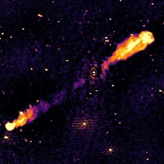 Un exemple de sources radio détectées avec ses jets de matière, 3C236, vue par Lofar dans la région précédente. © Lofar Radio Galaxy Zoo, Observatoire de Paris - PSL