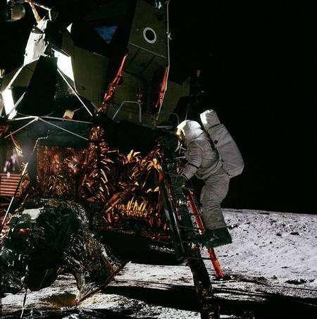 L'astronaute Alan Bean descendant du LEM. Crédit : Nasa
