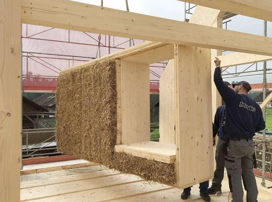 Les murs extérieurs de la maison sont emplis de bottes de paille et mesurent 80 centimètres d'épaisseur. © Atelier Schmidt