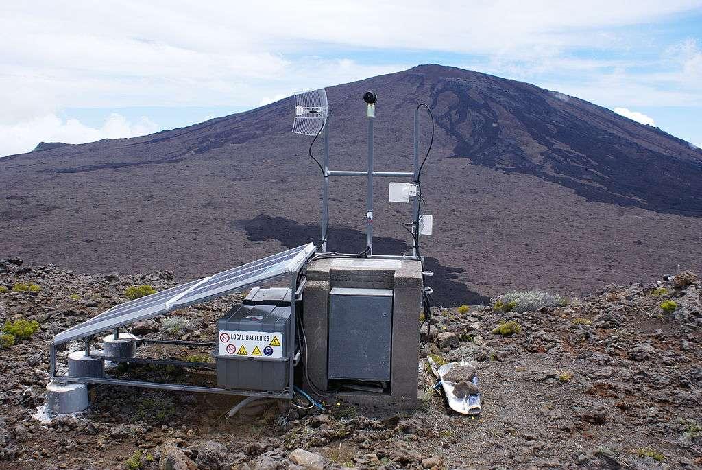 Station de surveillance (GPS différentiel) utilisée par l'observatoire volcanologique du Piton de la Fournaise pour mesurer les déformations du volcan de l'île de la Réunion. © B. Navez, CC by-nc 2.0
