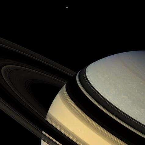 Sa majesté... Les anneaux projettent majestueusement leur ombres sur l'immense disque de Saturne, tandis que Dioné veille au loin… Position de Cassini : 9° d'inclinaison nord par rapport au plan des anneaux. Couleurs naturelles (filtres rouge, vert et bleu). Date : 4 février 2007. Distance : 1,2 million de km. Diamètre de Dioné : 1126 km.