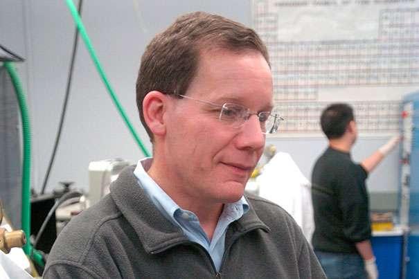 Charles M. Lieber, chercheur de l'université Harvard, dirige l'équipe qui a réalisé des tissus cyborgs intégrant des circuits nanoélectroniques. Il vient de trouver le moyen d'augmenter la durée de vie de nanofilaments en silicium in vivo. © Kris Snibbe