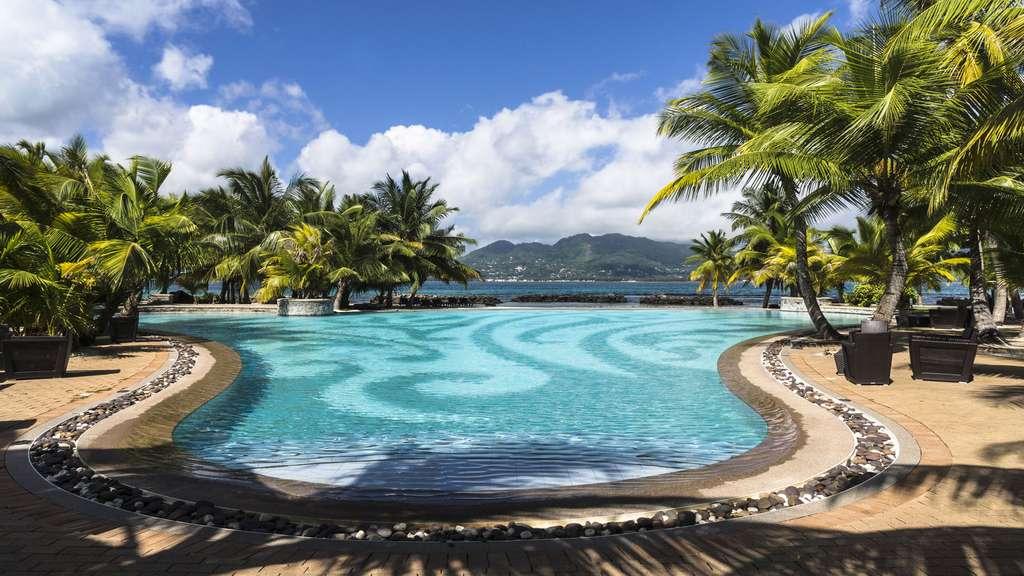 Une piscine bordée de palmiers