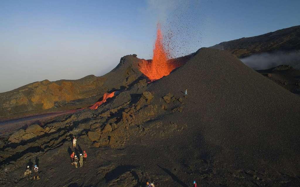 Volcanologues à l'étude à proximité d'un volcan en éruption. © Vincent, Adobe Stock