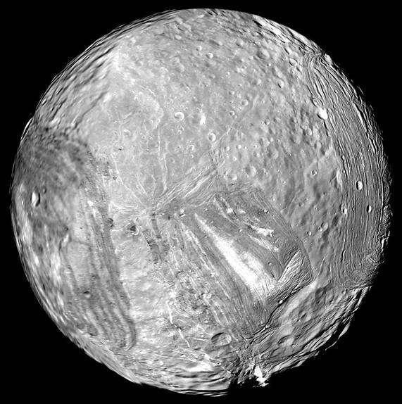La lune glacée Miranda (480 km de diamètre), un des 27 satellites naturels d'Uranus, photographiée par Voyager 2 le 24 janvier 1986. © Nasa, JPL-Caltech