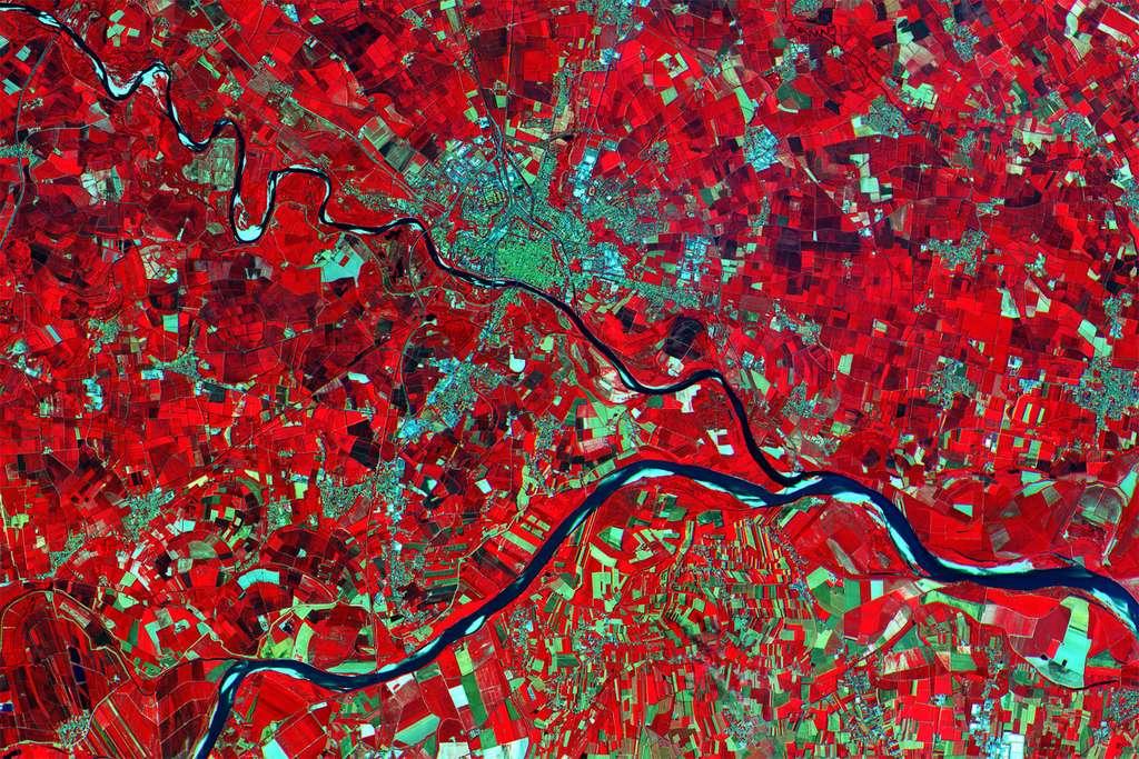 La plaine du Pô en Italie et les fleuves Pô et Ticino. Cette image a été acquise le 27 juin. Un œil exercé (enfin, un logiciel...) y repérera des informations sur l'état de la végétation et des cultures. © Copernicus data (2015)/Esa