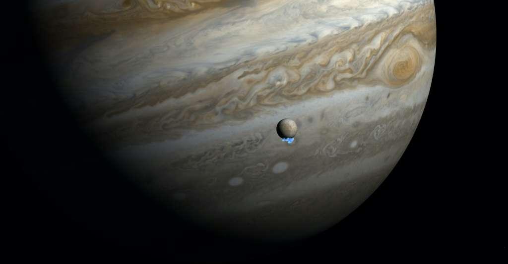 En 2013, le télescope spatial Hubble découvrait des panaches de vapeur d'eau du côté du pôle sud d'Europe, l'une des principales lunes de Jupiter. Ici, une vue d'artiste combinant les images dans le domaine des ultraviolets de Hubble et des images dans le domaine du visible. © M. Kornmesser, Nasa, ESA