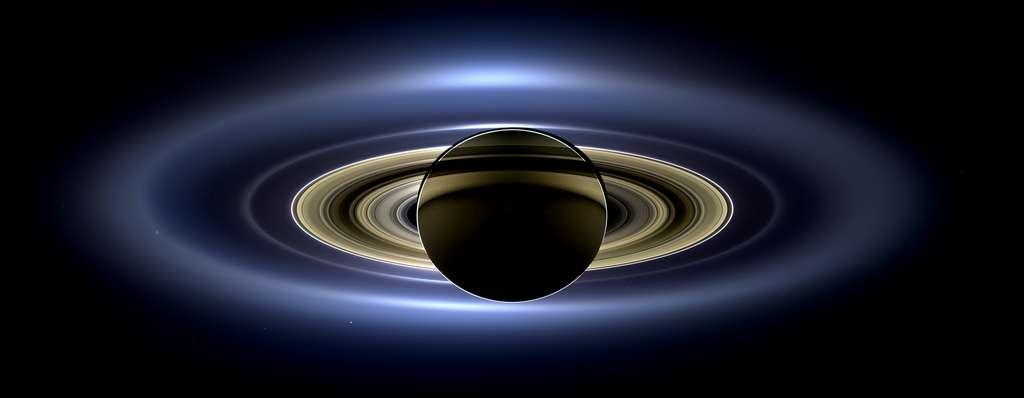 La mosaïque avec des contrastes renforcés produit une très belle image mettant bien en évidence l'anneau extérieur E, très brillant. La sonde Cassini se trouvait alors à environ 1,2 million de km de Saturne et, à cette distance de la planète, un pixel équivaut à 72 km. Des zooms sur l'image font découvrir plusieurs satellites de Saturne (mais pas Titan, le plus grand). © Nasa, JPL-Caltech, SSI