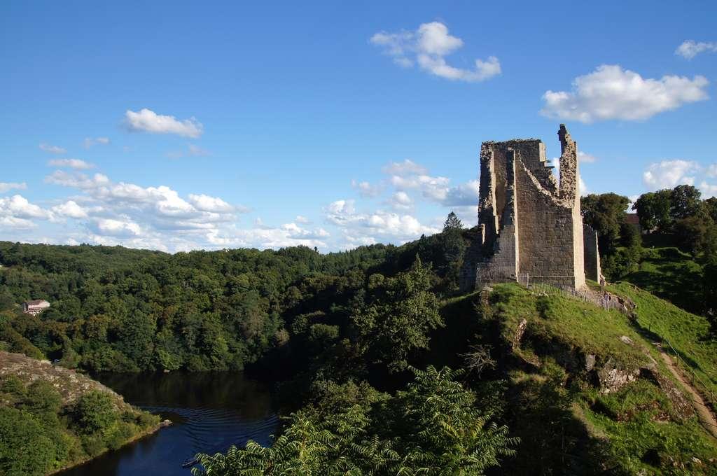 L'ancienne forteresse de Crozant, avec vue sur la Creuse, une jolie rivière. © JC DRAPIER, Fotolia