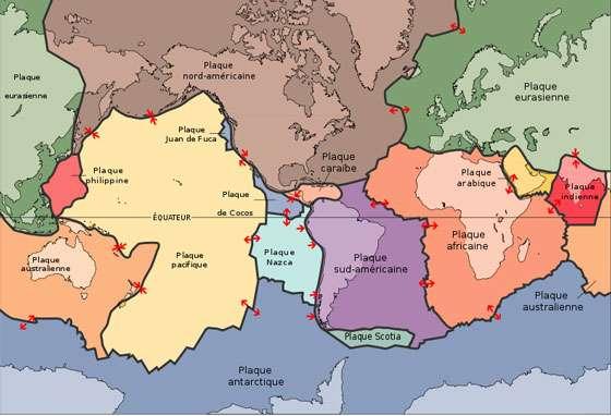 La tectonique des plaques est un des risques naturels. Le principe clé de la tectonique des plaques est que la lithosphère est formée de plaques distinctes et séparées, qui se déplacent sur l'asthénosphère solide viscoélastique. La fluidité relative de l'asthénosphère permet aux plaques tectoniques de faire des mouvements dans différentes directions. Cette carte montre 15 des plus grandes plaques. Notez que la plaque indo-australienne pourrait être séparée entre les plaques indienne et australienne, qui sont montrées séparément sur cette carte. © Domaine public