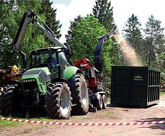 Déchiquetage sur site de résidus forestiers destinés à la fabrication de granulés (biomasse forestière). © ONF Énergie Bois