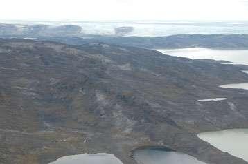 Vue aérienne de la chaîne d'Isua dans le sud-ouest du Groenland. Ce site fait 30 km de long et entre 1 et 4 km de largeur. © Hanika Rizo