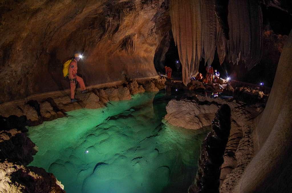 Une étendue d'eau souterraine dans une des grottes de Sardaigne explorées par les astronautes au cours du programme d'entraînement CAVES de l'Agence spatiale européenne (ESA). © ESA–V. Crobu