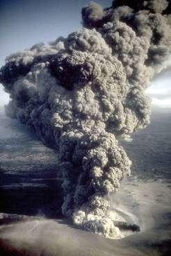 Figure 1 (cliquez sur l'image pour l'agrandir). Une éruption phréatomagmatique, le 6 avril 1977, du volcan Ukinrek Maars. © R. Russell/Alaska Department of Fish and Game