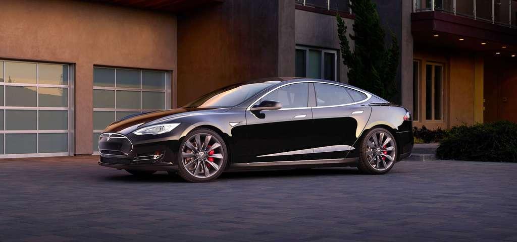 Pour Elon Musk, qui a fait fortune avec PayPal et qui a fondé SpaceX (l'entreprise ravitaillant la Station spatiale internationale), l'avenir du transport écologique, ce n'est pas le vélo, c'est la voiture électrique, comme cette Model S, une berline de grand luxe vendue par sa société Tesla Motors. © Tesla Motors